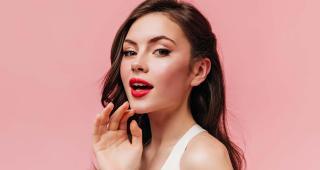 Você sabia que quando se aplica a base na pele, também precisa aplicar nos lábios?